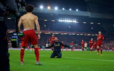Liverpool gana el clásico con autoridad y sigue imparable hacia el título