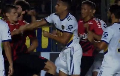 Junior Alonso, a puños en la goleada de Boca ante Paranaense