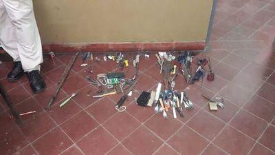 Incautan varias armas blancas de fabricación casera en el penal de San Pedro