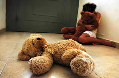 Denuncian que defensora mantiene incomunicada a menor que fue violada desde los 6 años por su padrastro