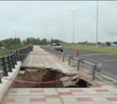 Puente en costanera de Asunción se desmorona