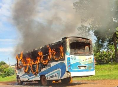 Fuego consume un ómnibus en CDE