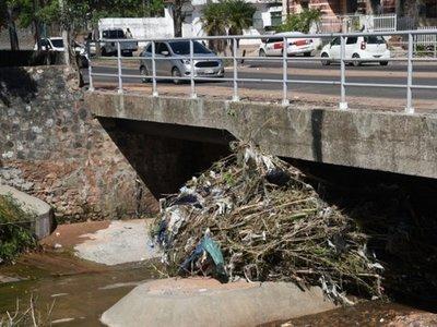 Colmatación del cauce del arroyo Mburicaó amenaza muros  y puente