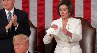 Pelosi rompe una copia del discurso de Trump delante de las cámaras