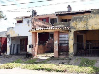 Abundan casas abandonadas llenas de basura  y malezas en Asunción
