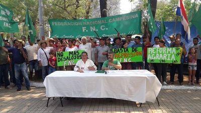 Asunción: Municipalidad ordena retirar a manifestantes campesinos instalados en plaza céntrica