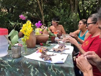 Becaria argentina trabaja el barro con artesanos paraguayos