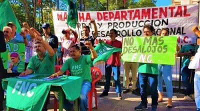 Campesinos critican intención de intendente de sacarlos de plaza