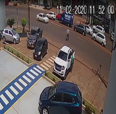 Solitario delincuente roba dinero del interior de una camioneta estacionada