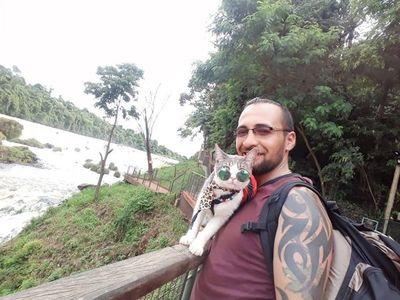Bella, el famoso gato mochillero, llegó a Alto Paraná