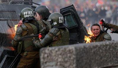 Bombas molotov alcanzan a la policía durante violenta protesta en Santiago