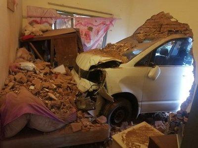 Pierde control de su camioneta, roza a joven y choca contra una vivienda