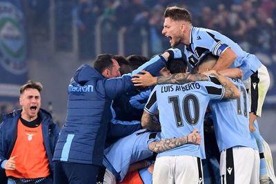 Lazio remonta, gana al Inter y sigue soñando