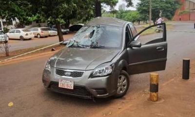 Joven choca con su auto contra un árbol