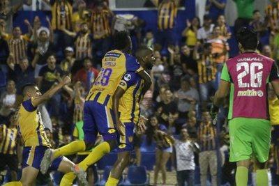 Tras un susto inicial, Luqueño avanza en la Sudamericana