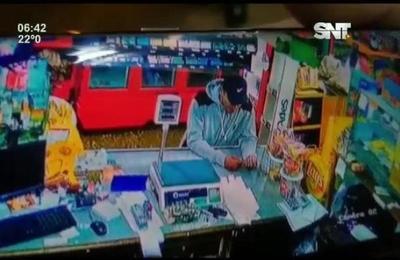 Sujeto asaltó a tres personas fuera de una despensa