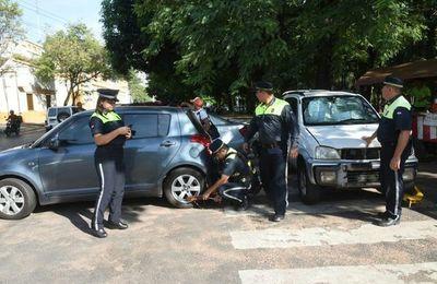 Multan a agente de policía que estaba mal estacionado
