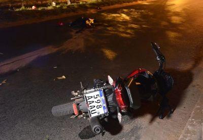 Motociclista sin casco chocó contra un árbol y murió