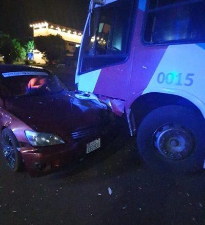 Borracho choca con su automóvil contra un ómnibus