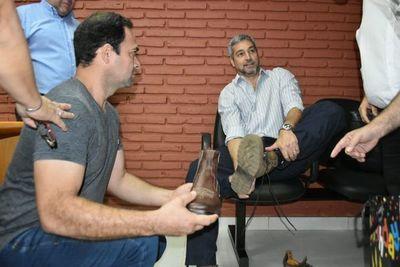 Abdo inauguró USF en Horqueta e intercambió calzados con un artesano