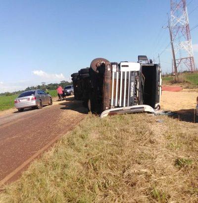 Camión vuelca camino a Santa Rita
