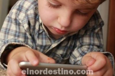 Algunas razones por las que no deberías darle un celular a un niño pequeño para distraerlo y alterar su desarrollo