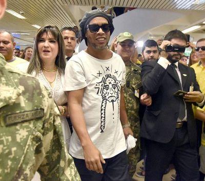 Demoran a Ronaldinho Gaucho por presuntos pasaportes adulterados