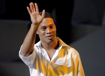 Ronaldinho es demorado en Paraguay