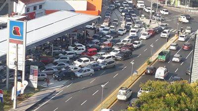 Obsequio de combustible genera congestión sobre importantes avenidas