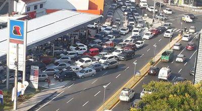 Furor y caos vehicular en Asunción por cargar combustible gratuito