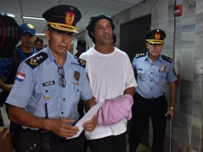 Ronaldinho, atrapado en Paraguay por un caso plagado de interrogantes