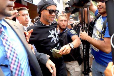 Ex astro del fútbol Ronaldinho y su hermano insisten en quedar libres