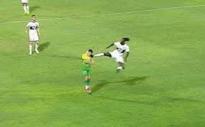 Criminal patada y expulsión de Adebayor en la Libertadores