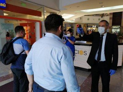 Coronavirus: Toman temperatura a clientes en shopping