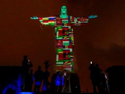 Proyectan en el Cristo Redentor banderas de países con casos de coronavirus