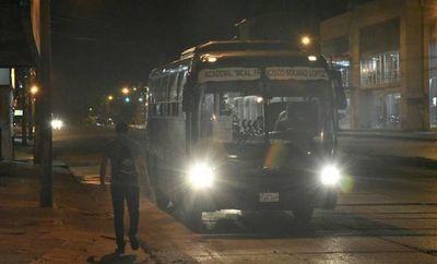 """Calles desérticas y escasos transportes de """"salvataje"""""""