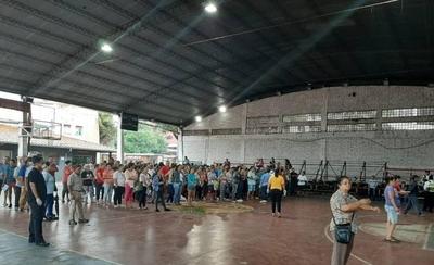 HOY / Criminal aglomeración de gente en el tinglado municipal de San Lorenzo