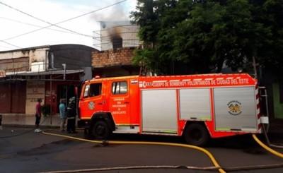 Fuego consume vivienda deshabitada en el Barrio Obrero