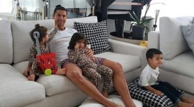 """Cristiano Ronaldo: """"Quédate en casa y ayudemos a los sanitarios"""""""