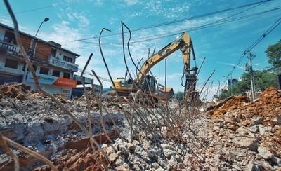 HOY / Prosigue demolición de paradas del fallido proyecto Metrobús durante Semana Santa