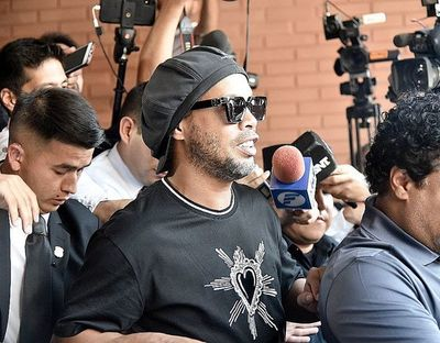Conceden arresto domiciliario a Ronaldinho y a su hermano