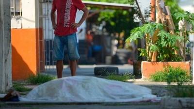 """""""La gente moría delante de mí"""": La pesadilla de una ecuatoriana para retirar el cuerpo de su padre en un hospital de Guayaquil durante la pandemia"""