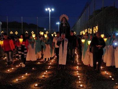 Reos recrean  emotiva procesión de  Tañarandy en  el penal de Misiones