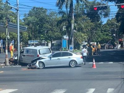 Choque entre un auto y una ambulancia sobre la avenida Mariscal López