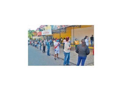 Largas colas con tapabocas en los supermercados de Caacupé