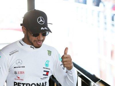 Hamilton niega que vaya a pilotar en Ferrari