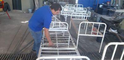 Herrero solidario repara camas en desuso para Hospital de Caazapá