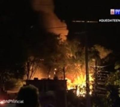 Incendio consume 5 viviendas precarias en Trinidad