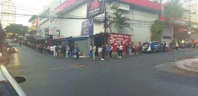 Ciudad del Este: filas de varias cuadras para cobrar subsidios del IPS. No respetan recomendación de guardar distancia