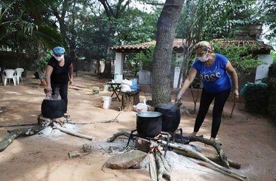 Más de   3.000  raciones distribuyen en  Caacupé